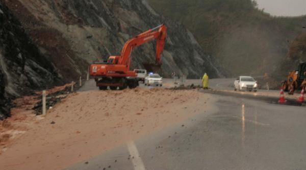 Ortaca'da Heyelandan Kapanan Yol 1 Saat Sonra Kısmen Açıldı