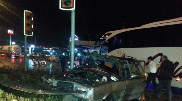 Otobüs İle Otomobil Kavşakta Çarpişti: 1 Yaralı
