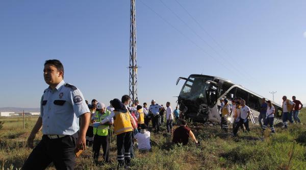 Otobüs Tarlaya Girdi: 1 Ölü, 7'si Sporcu 28 Yaralı