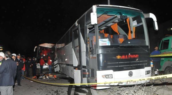 Otobüs, Yolun Karşısına Geçmeye Çalişan Aileye Çarpti: 2 Ölü, 8 Yaralı