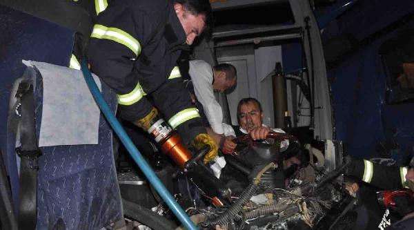 Otobüsle Tır Kafa Kafaya Çarpişti: 1 Ölü, 6 Yaralı