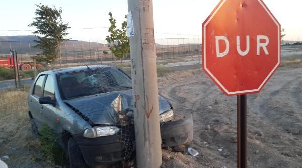 Otomobil, Aydınlatma Direğine Çarpti: 5 Yaralı