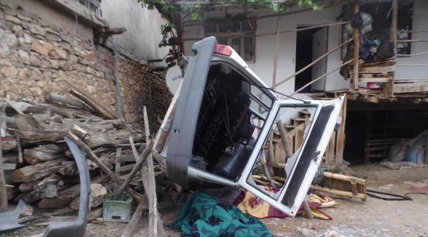 Otomobil Bahçede Çay İçenlerin Üzerine Düştü: 2 Ölü