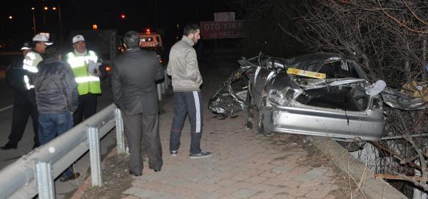 Otomobil Bariyerlere Ve Ağaca Çarpti: 1 Ölü
