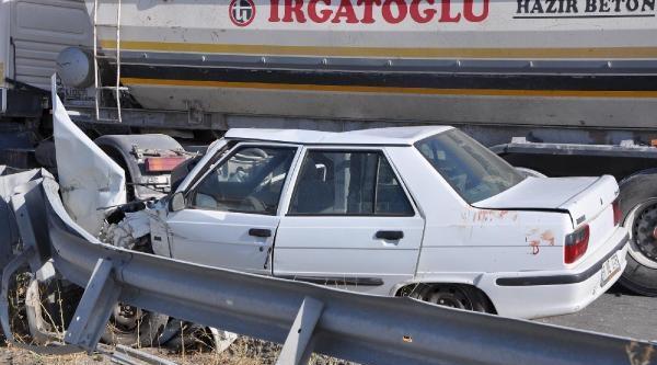 Otomobil Beton Mikserine Çarpti: 4 Yaralı