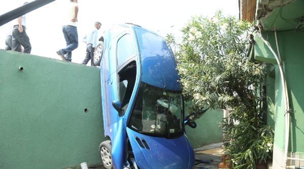 Otomobil Cami Avlusuna Uçtu, Sürücü Yaralandı