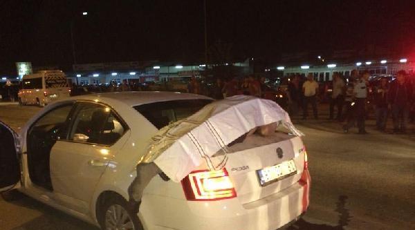 Otomobil Çarpti, Ceset Bagajın Üstüne Düştü