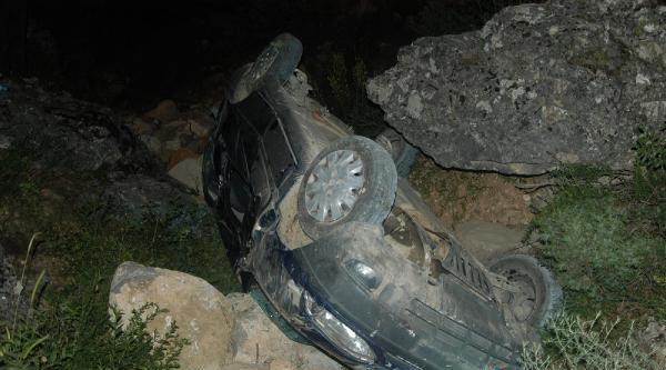 Otomobil Dereye Uçtu:2 Yaralı