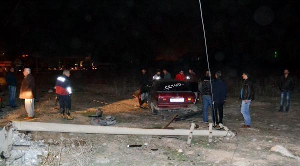 Otomobil Elektrik Direğine Çarpti: 4 Yaralı