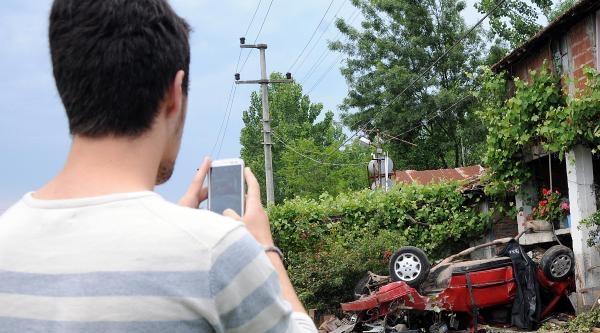 Otomobil, Evin Balkonuna Çarpti: 1 Ölü, 1 Yaralı