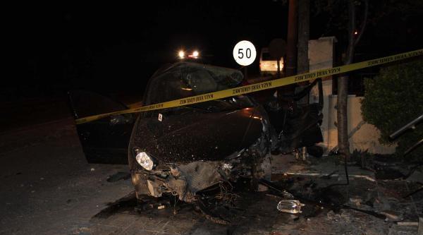 Otomobil Evin Duvarına Çarpti: 1 Ölü, 1 Yaralı