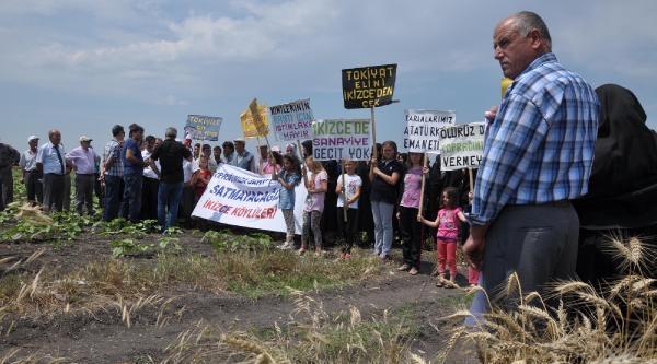 Otomobil Eylemcilerin Arasına Daldı;: Muhtar Ve 3 Köylü Yaralandı