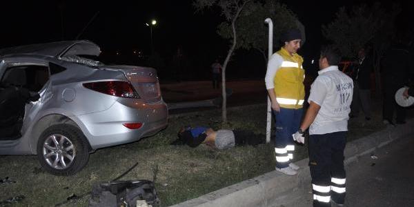 Otomobil, Hemzemin Geçidin Bariyerine Çarpti: 1 Ölü, 4 Yarali