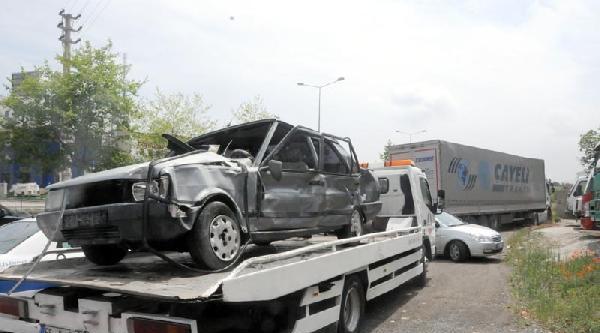 Otomobil İki Tır'a Çarpti:4 Yaralı