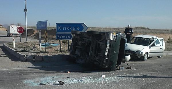 Otomobil İle Çarpişan Minibüs Devrildi: 3 Yaralı