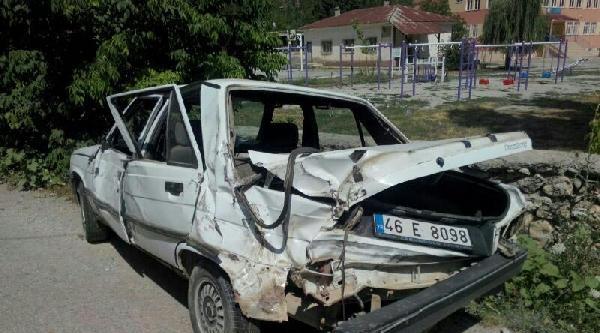 Otomobil İle Kamyon Çarpişti: 3 Yaralı