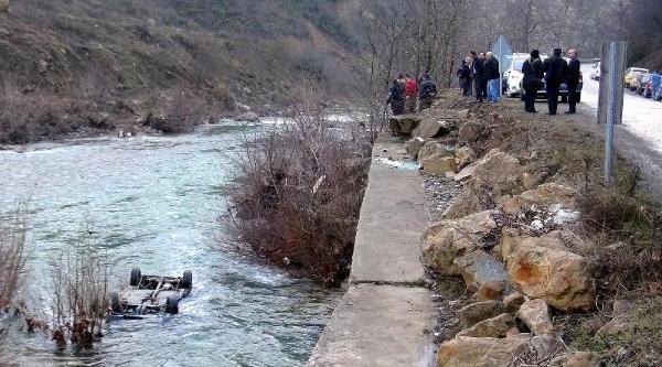 Otomobil Irmağa Uçtu: 1 Kişi Kayip