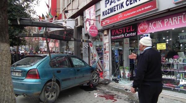 Otomobil Kaldirimdakilere Çarpip Mağazaya Daldi: 8 Yarali