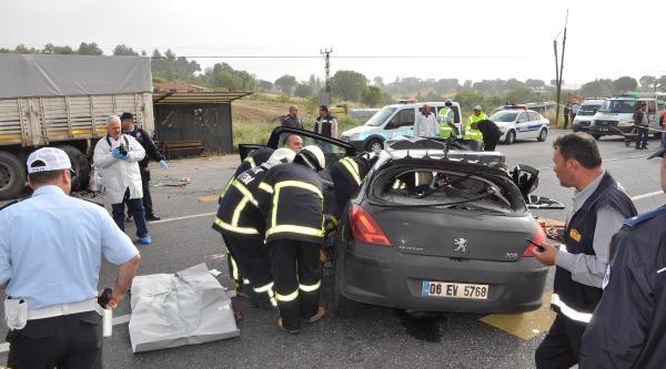 Otomobil Kamyona Çarpti: 3 Ölü, 2 Yaralı- Yeniden