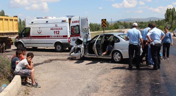 Otomobil Kamyona Çarpti: 4 Yaralı