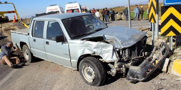 Otomobil Kamyonetle Çarpişti: 1 Ölü, 4 Yarali