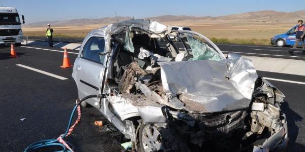Otomobil, Kamyonla Çarpişti: 3 Ölü/ Fotoğraflar
