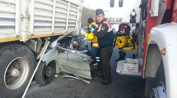 Otomobil Kamyonun Altina Girdi: 1 Ölü, 1 Yarali