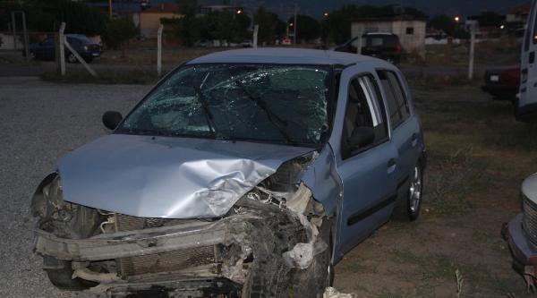 Otomobil Kayaya Çarpti: 1 Ölü, 4 Yaralı