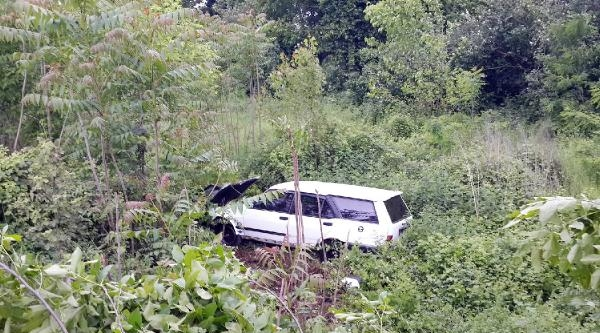 Otomobil Kayganlaşan Yoldan Ağaçlık Alana Uçtu