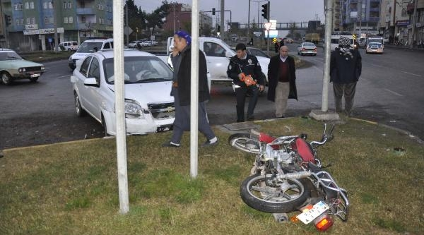 Otomobil Motosiklete Çarpti: 2 Yaralı