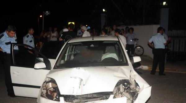 Otomobil, Otobüs Durağını Parçaladı: 1 Yaralı
