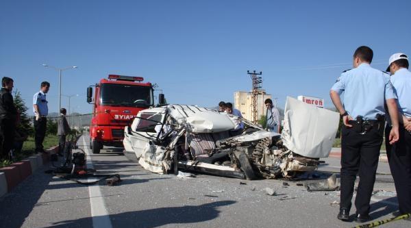 Otomobil, Otobüse Arkadan Çarpti: 2 Ölü, 1 Yaralı