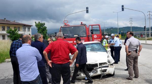 Otomobil Otobüse Çarpti: 3 Yaralı