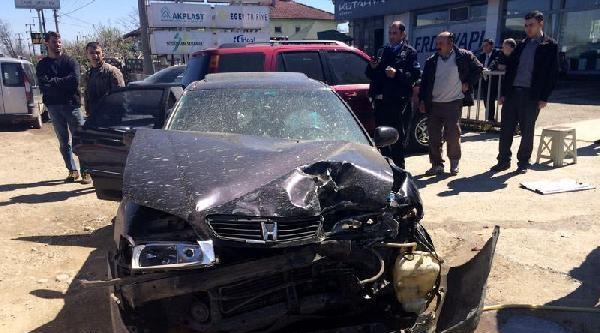 Otomobil Park Halindeki 4 Araca Çarpti: 1 Yaralı