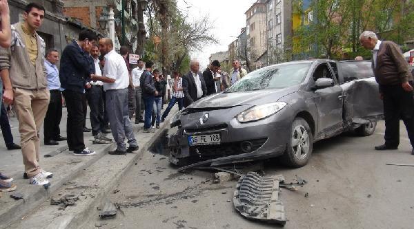 Otomobil Polis Otosuna Çarpti, 1 Polis Yaralandı