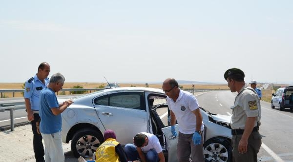 Otomobil Refüj Bariyerine Çarpti: 2 Yaralı