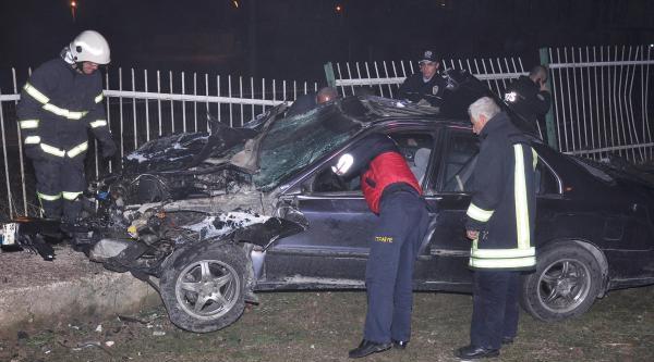Otomobıl Reklam Panosuna Carpıp Devrildi: 4 Yaralı