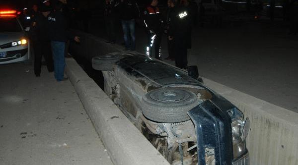 Otomobil Su Kanalina Düştü: 3 Yarali