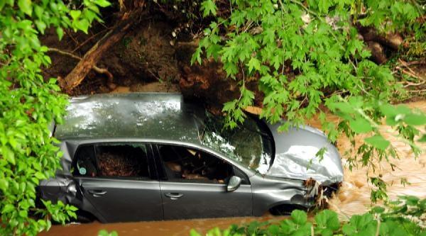 Otomobil Sürücüsü Taşan Derenin Sularına Kapıldı