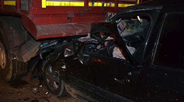 Otomobil Tir'a Arkadan Çarpti; 2 Kişi Yaralandi