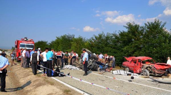 Otomobil Traktöre Çarpti: 2 Ölü, 4 Yaralı
