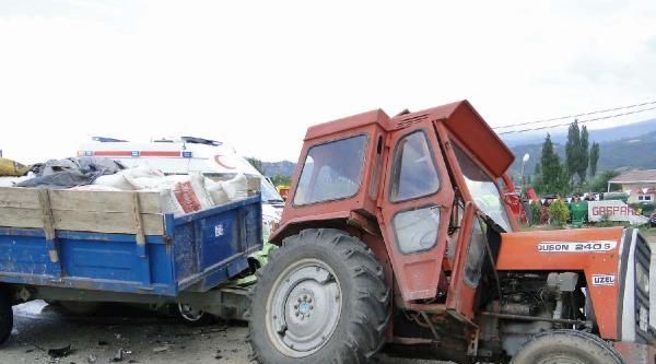 Otomobil Traktörün Altına Girdi: 2 Yaralı