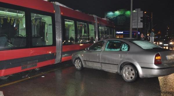 Otomobil, Tramvaya  Çarpti