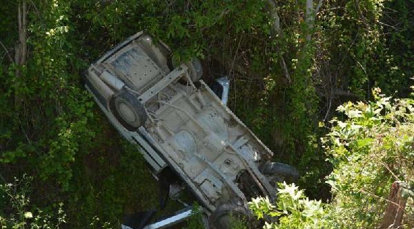 Otomobil Uçuruma Yuvarlandı : 3 Yaralı