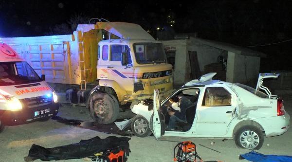 Otomobil, Yol Kenarındaki Kamyona Çarpti: 4 Ölü, 1 Yaralı