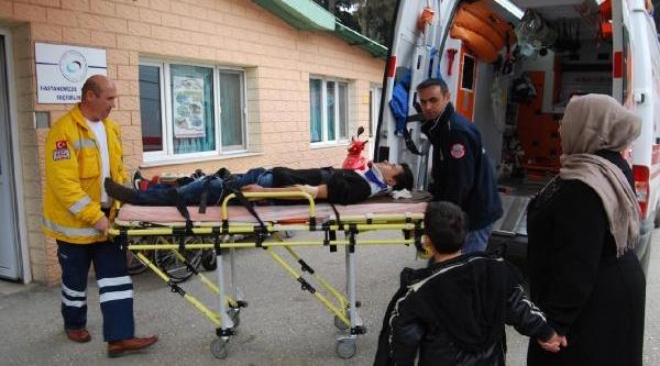 Otomobile Çarpan Motosikletteki 2 Genç Yaralandi