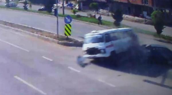 Otomobilin Çarptiği Minibüsteki Yolcu Araçtan Yola Fırladı