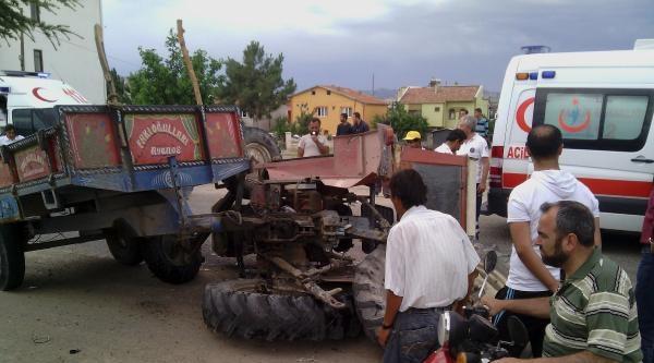 Otomobilin Çarptiği Traktörde 2 Yaralı