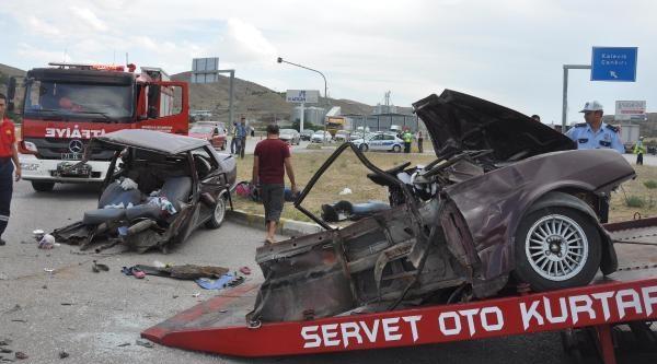 Otomobilin İkiye Bölündüğü Kazarda 2'si Çocuk 9 Yaralı