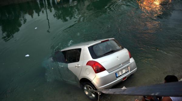 Otomobiliyle Kanal Uçan Kadın Sürücü Yüzerek Kurtuldu